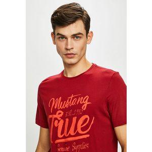 Mustang - T-shirt. 4 690 Ft. T-shirt kollekció Mustang. Nyomtatott  dzsörzéből készült modell. - Egyszerű stílus. - Kerek nyakkivágás. 0898ff6da4