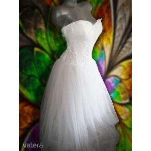 Menyasszonyi ruha Fehér színű a felső részén csipkézett fűzős! kép